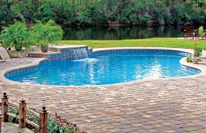 Cascade waterfall pool feature in free form pool